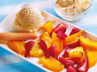 Heiße Früchte mit Würzzucker und Vanilleeis