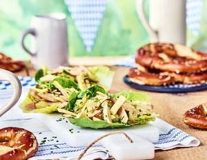Wurst-Käse-Salat im Schiffchen mit Kürbiskernöl