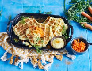 Zucchini-Waffeln mit Curry-Dip und Blitz-Möhrensalat