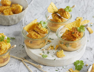 Hähnchensticks mit Tortilla-Chips-Panade und Erdnuss-Dip