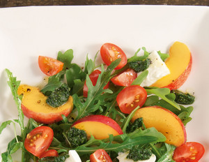 Nektarinen-Tomaten-Salat mit grünem Pesto