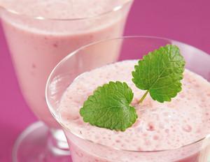 Himbeer-Lassi mit Joghurt und grünem Tee