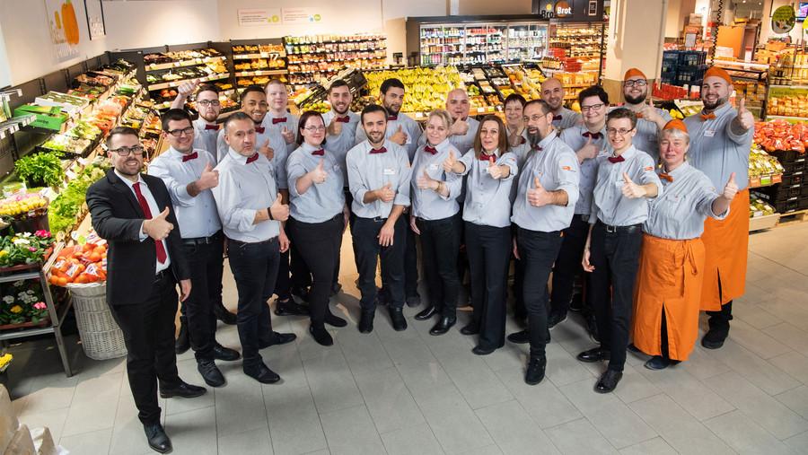 Mitarbeiter des Marktes zeigen Daumen Hoch