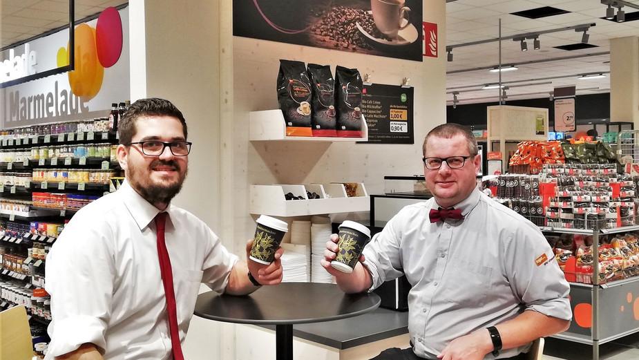 Filialleiter Johannes Hüfner und Stellvertreter Kurt Schreiner gönnen sich einen Bio-Kaffee
