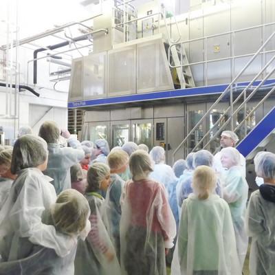 Besichtigungsteilnehmer im Betrieb der Marburger Molkereigenossenschaft