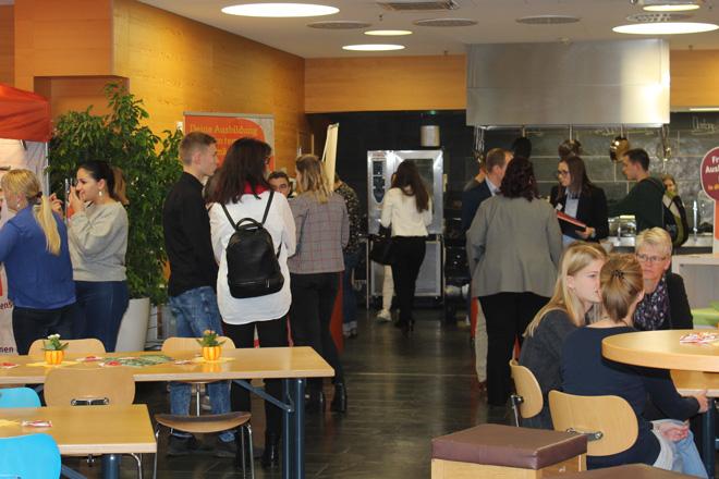 Teilnehmer des tegut... Bewerberfrühstück im Bistro