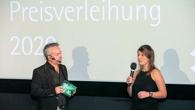 Luca Hosenfeld bedankt sich auf der Bühne.