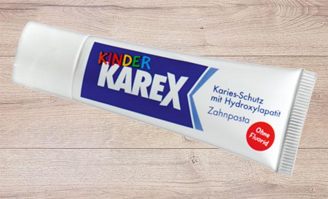 Zahnpasta Kinder Karex auf Holzhintergund