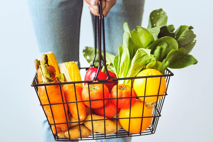 ein Einkaufskorb mit Obst und Gemüse