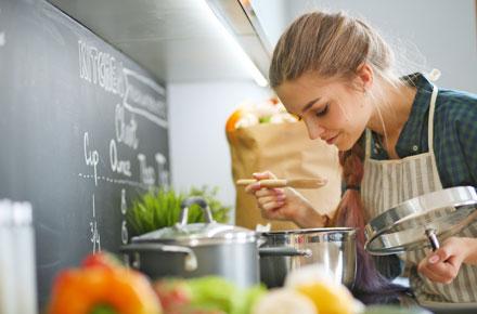 Frau kocht in Küche