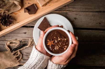 Tasse Schokolade in Händen
