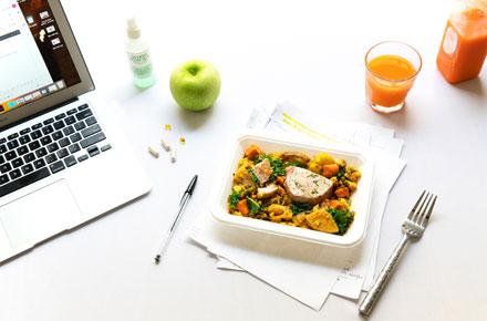 PC, Essen und Trinken auf einem Tisch