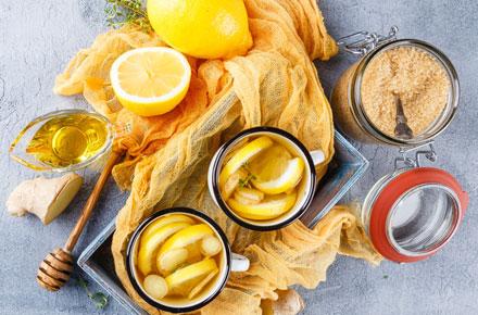 Zitrone, Honig, Ingwer und brauner Zucker gegen Erkaeltung