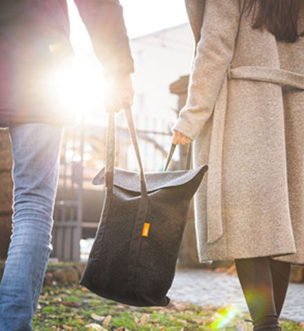 Zwei Personen mit einer tegut... Tiefkühltasche aus reinem Schurwollfilz