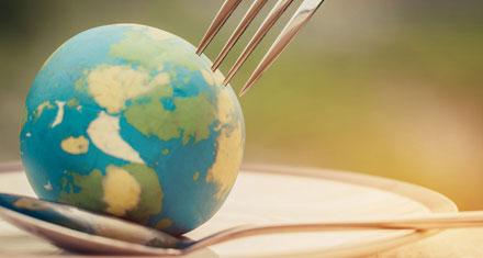 Nachhaltige Ernaehrung Weltkugel mit Gabel und Löffel