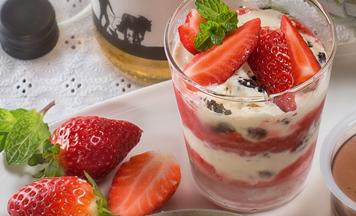 Cookies and Cream-Schicht-Dessert mit Erdbeeren