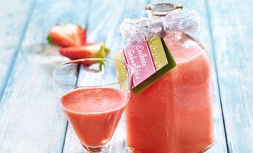 Glas mit Erdbeer-Sahne-Likör