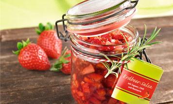 Glas mit Erdbeersalsa