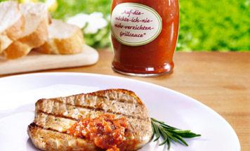 Ein Teller Fleisch mit Grillsauce