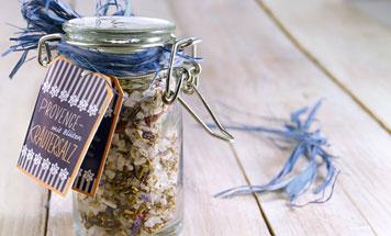 Provence Kräutersalz im Einmachglas auf Holzuntergrund