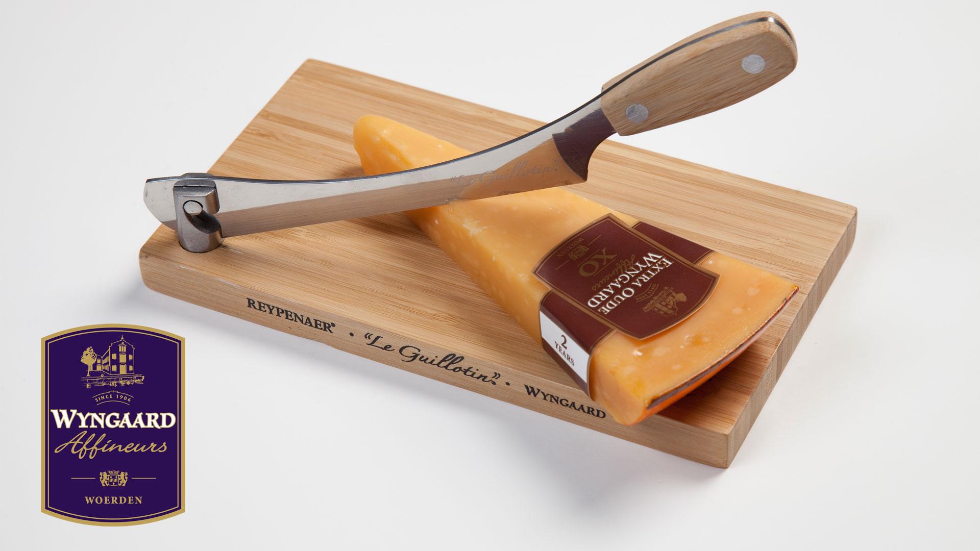 Käseschneider mit Stück Käse