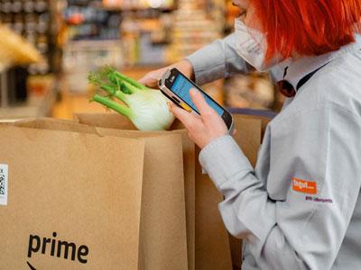 Amazon Prime Now Bestellung wir von einer tegut... Mitarbeiterin gepackt