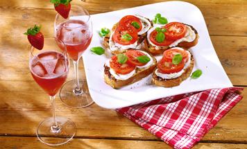 Pink Prosecco mit Erdbeere und Röstbrot