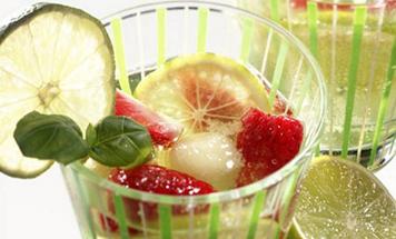 Maibowle mit Erdbeeren und Limetten