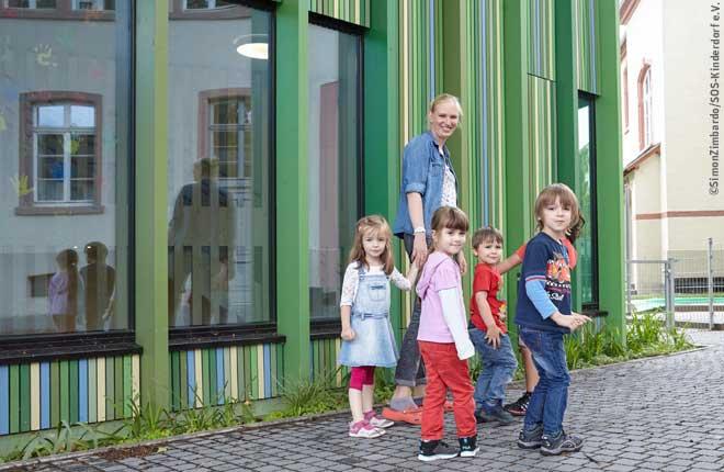 Frau mit Kindern im SOS Kinderdorf Frankfurt-Sossenheim