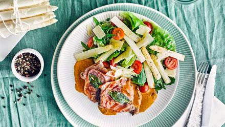 Spargelsalat mit Tomaten und Saltimbocca