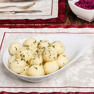 Kartoffelknödel in einer weißen Schüssel
