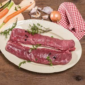 zwei Stücke Wildfleisch auf einem Teller