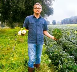 Dr. Enrico Amico steht auf einem Feld
