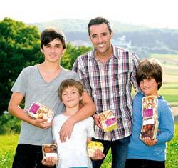 Familie Lehr mit Pilzen in der Hand