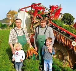 Familie Schiffers auf einem Möhrenfeld