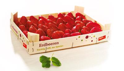 eine Holzsteige mit Erdbeeren