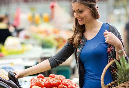Frau beim Obst und Gemüse-Einkauf