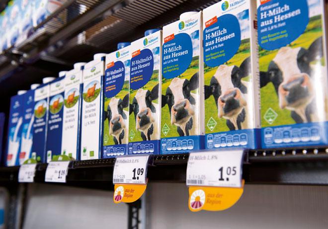 Regal im Markt mit regionaler Milch