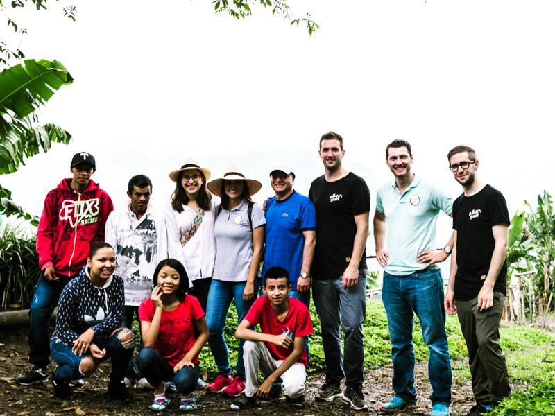 Gruppenbild vor den Kaffeebäumen