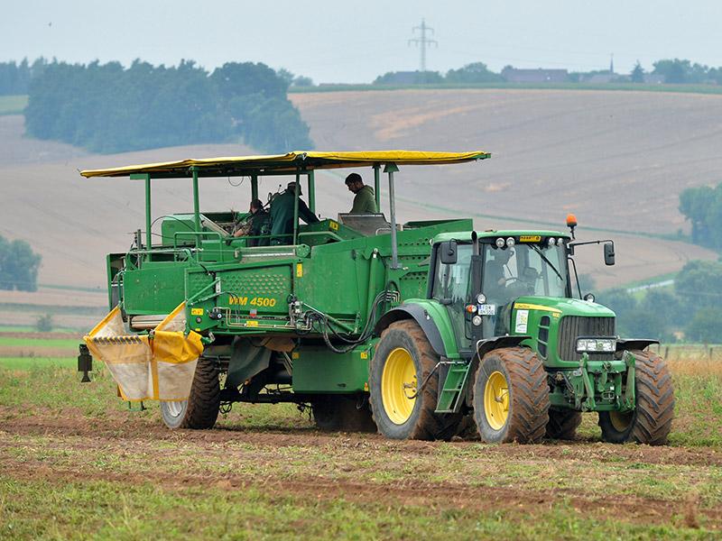 Ein Traktor auf einem Kartoffelacker