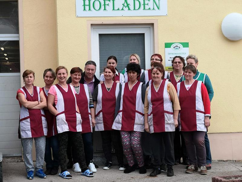 Das Team des Hofladens, 14 Frauen und ein Mann, stehen vor dem Hofladen