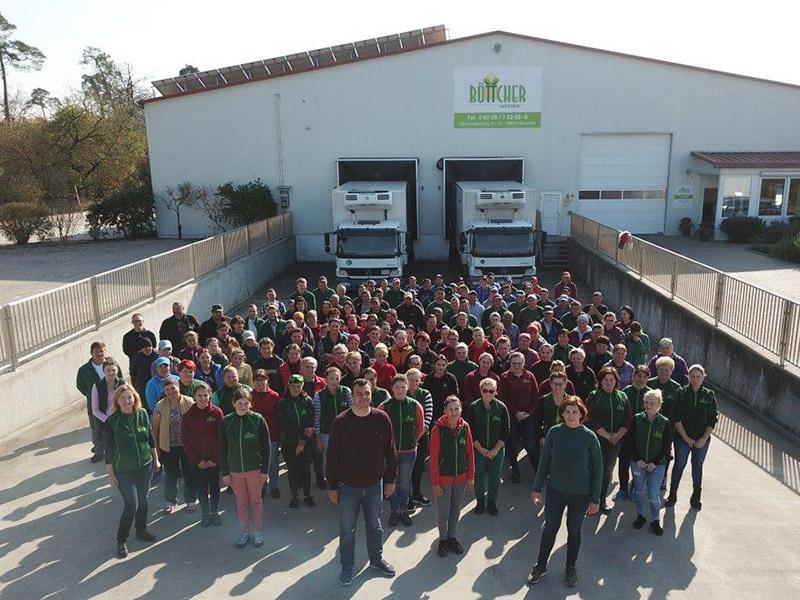 Das große Team von Böttcher steht vor dem Betriebsgebäude