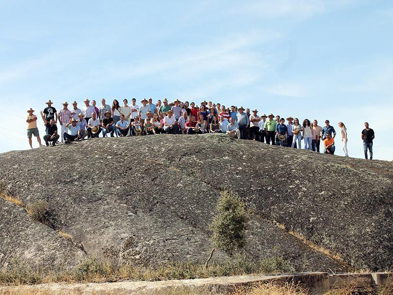 Gruppenfoto, das große Team ist auf einem Felsen versammelt