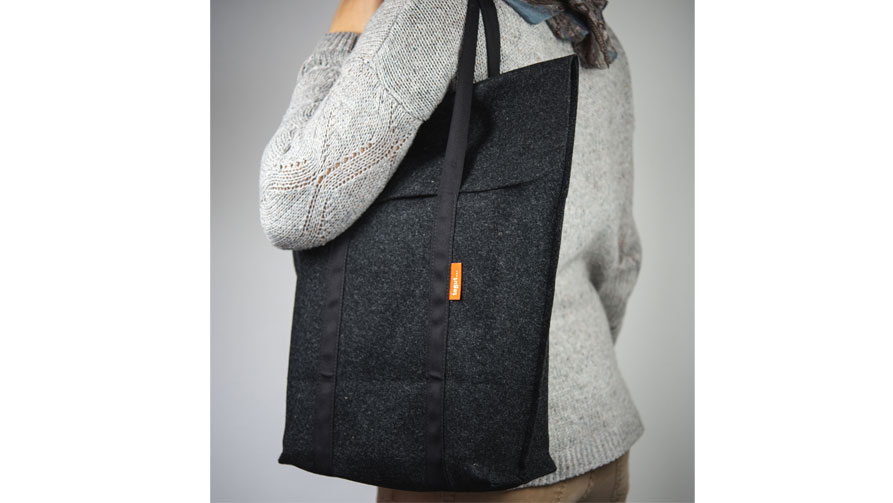 Frau trägt Manomama Tiefkuehltasche aus Schurwolle