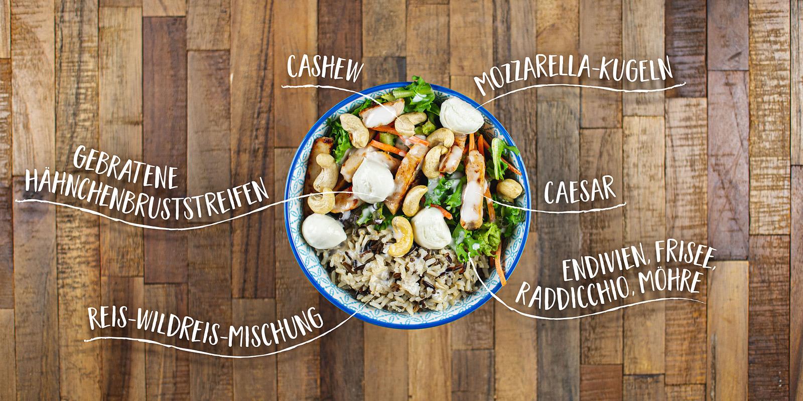 Salat Bowl mit rote Linsen, Wildkraeuter, Baby Leaf, Falafel, Edamame, Granatapfelkerne, Mango Minze Dressing