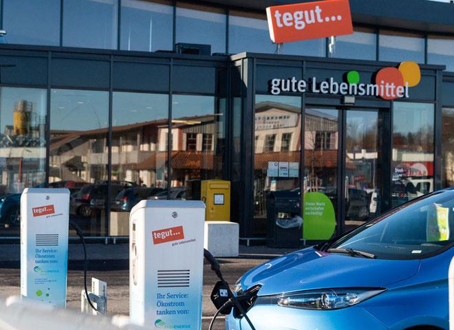 Auto Ladesäulen für Ökostrom vor tegut Markt