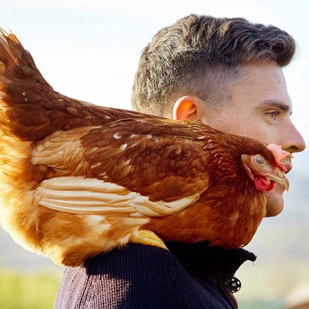 Bauer mit Huhn auf Schulter