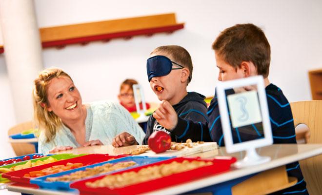 Kinder in Schule probieren Lebensmittel