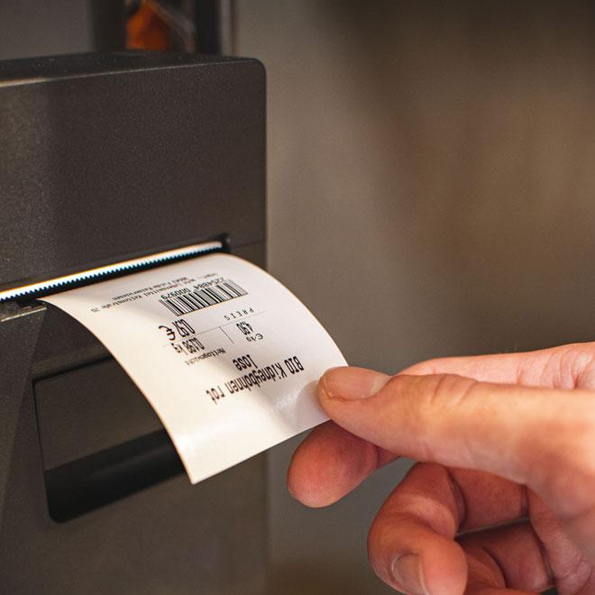 Unverpackt station: etikett wird gedruckt