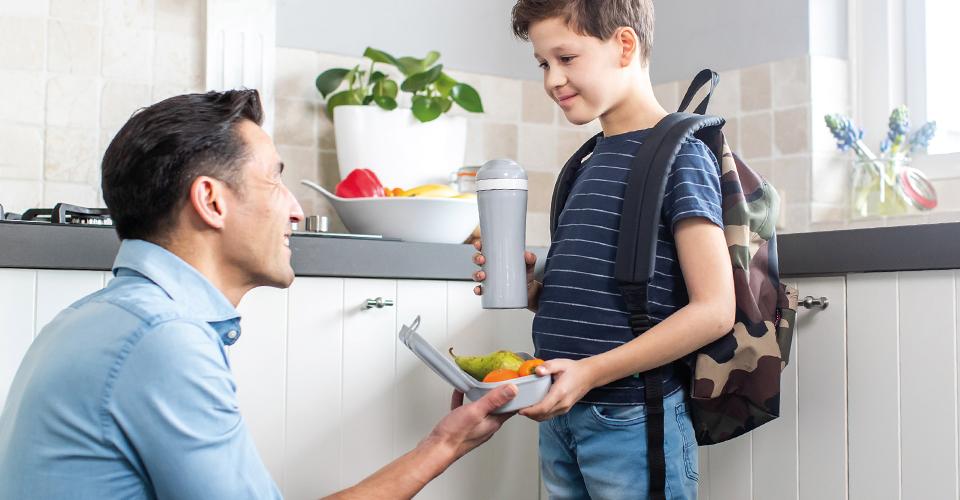 Mann mit Junge in Küche